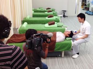 烏丸鍼灸整骨院の院長 矢守史宏が以前テレビに出演しアイセラピー(眼精疲労治療)をしたときの写真です。